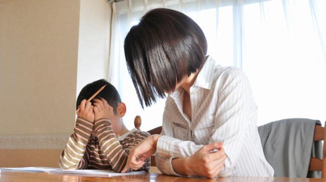 Cậu bé bị mẹ mắng gần 2 tiếng đồng hồ trong quán cafe, khi nghe lý do ai nấy đều tặc lưỡi: Tưởng thương con nhưng hóa ra làm hại con rồi-1