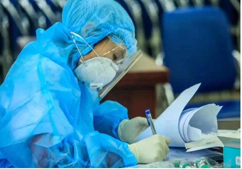 Nữ nhân viên ngân hàng ở Hà Nội nhiễm COVID-19 đã đi những nơi nào trước khi phát hiện dương tính?-1