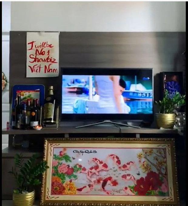 Nam Em sống trong căn hộ 60m2 ở TP. HCM, thiết kế đơn giản nhưng câu slogan ở phòng khách lại gây tranh cãi-5