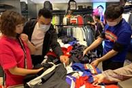 Bán 1 cái váy, nhân viên ôm 27 mẫu, chạy 3 vòng quanh Hà Nội
