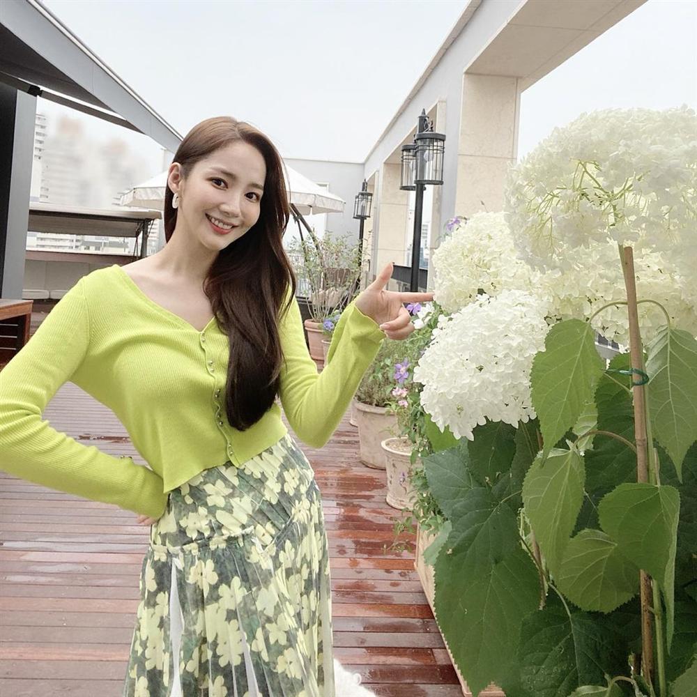 7 món đồ đắt nhất trên Instagram của Park Min Young: Choáng với bộ váy hoa trễ vai nhìn đơn giản mà gần 100 triệu-1
