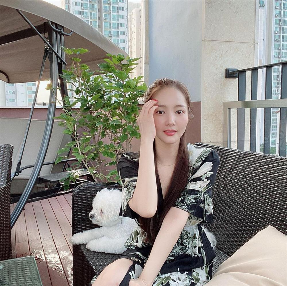 7 món đồ đắt nhất trên Instagram của Park Min Young: Choáng với bộ váy hoa trễ vai nhìn đơn giản mà gần 100 triệu-3