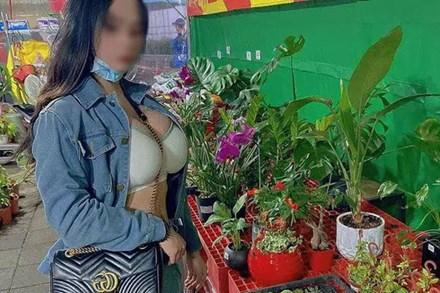 Đi chợ hoa Tết, cô gái bị chỉ trích vì mặc bộ đồ khoe vòng 1 siêu phản cảm