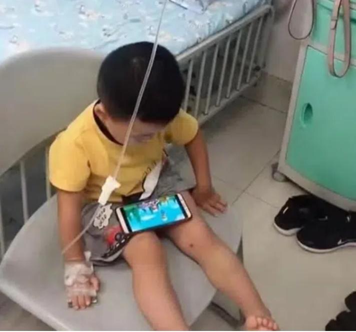 Bé trai phải ngồi trên ghế để truyền dịch, nhìn lên giường bệnh ai cũng câm nín trước hành động của cha mẹ-1