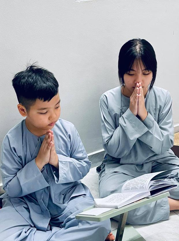 Vợ cũ Vân Quang Long hé lộ kết quả học tập khủng của 2 con, hình ảnh bé út cầm giấy khen trước bàn thờ bố khiến dàn sao Việt xúc động-3