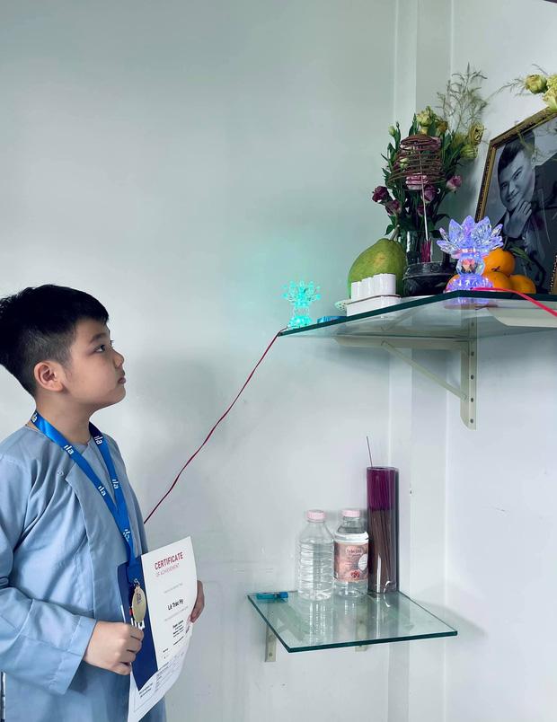 Vợ cũ Vân Quang Long hé lộ kết quả học tập khủng của 2 con, hình ảnh bé út cầm giấy khen trước bàn thờ bố khiến dàn sao Việt xúc động-4