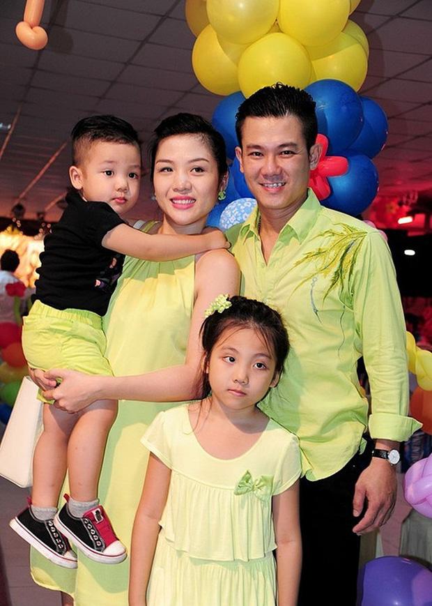 Vợ cũ Vân Quang Long hé lộ kết quả học tập khủng của 2 con, hình ảnh bé út cầm giấy khen trước bàn thờ bố khiến dàn sao Việt xúc động-6