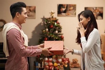 Chia tay rồi tình cũ vẫn gửi quà đều đặn, đến năm sinh nhật 32 tuổi tôi hét toáng lên khi mở quà ra
