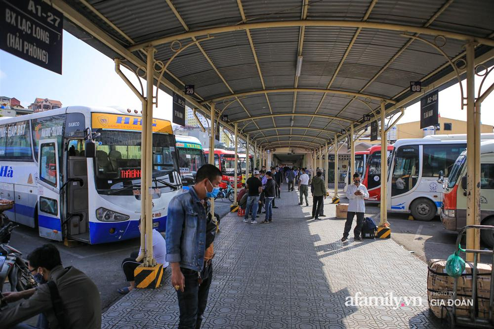 Cảnh tượng hiếm gặp ở Hà Nội: Bến xe vắng tanh ngày cuối năm, nhà xe ngán ngẩm chuyến đông nhất chỉ được 12 khách-11