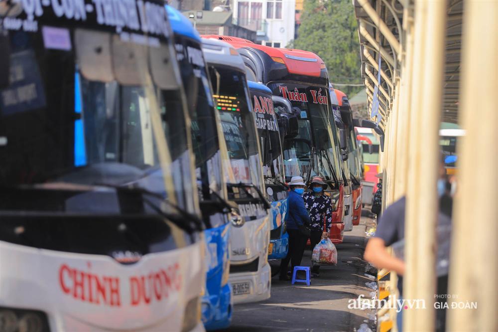 Cảnh tượng hiếm gặp ở Hà Nội: Bến xe vắng tanh ngày cuối năm, nhà xe ngán ngẩm chuyến đông nhất chỉ được 12 khách-12
