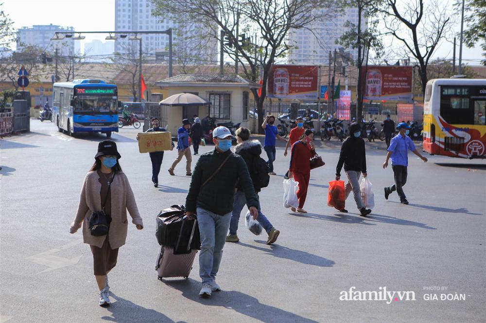Cảnh tượng hiếm gặp ở Hà Nội: Bến xe vắng tanh ngày cuối năm, nhà xe ngán ngẩm chuyến đông nhất chỉ được 12 khách-14