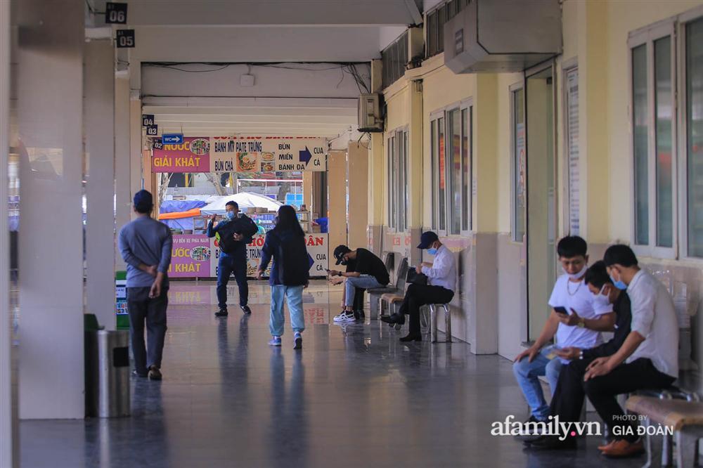 Cảnh tượng hiếm gặp ở Hà Nội: Bến xe vắng tanh ngày cuối năm, nhà xe ngán ngẩm chuyến đông nhất chỉ được 12 khách-15