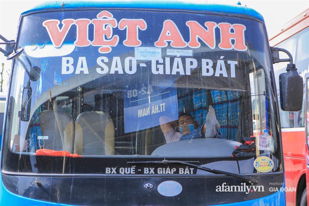 Cảnh tượng hiếm gặp ở Hà Nội: Bến xe vắng tanh ngày cuối năm, nhà xe ngán ngẩm chuyến đông nhất chỉ được 12 khách-2