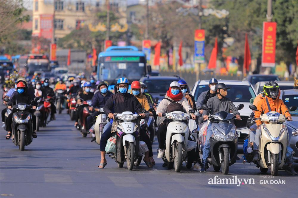 Cảnh tượng hiếm gặp ở Hà Nội: Bến xe vắng tanh ngày cuối năm, nhà xe ngán ngẩm chuyến đông nhất chỉ được 12 khách-16