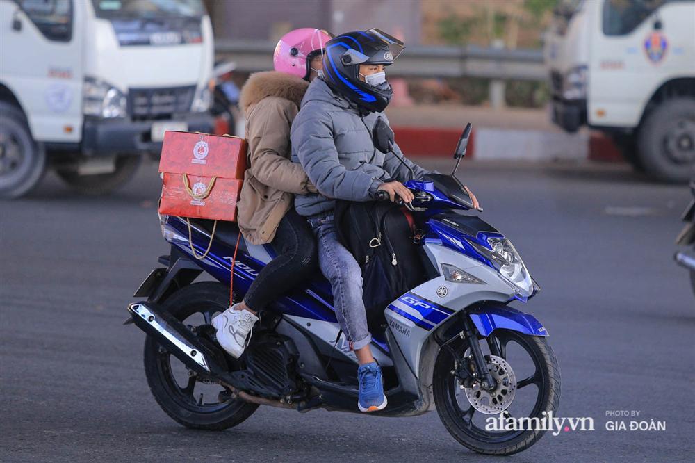 Cảnh tượng hiếm gặp ở Hà Nội: Bến xe vắng tanh ngày cuối năm, nhà xe ngán ngẩm chuyến đông nhất chỉ được 12 khách-17