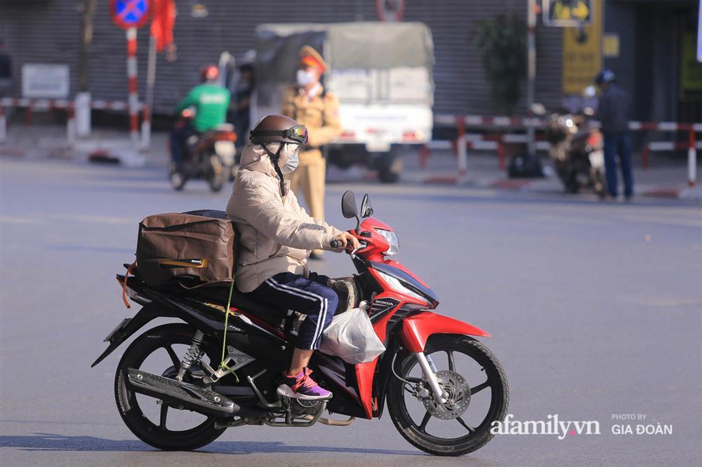 Cảnh tượng hiếm gặp ở Hà Nội: Bến xe vắng tanh ngày cuối năm, nhà xe ngán ngẩm chuyến đông nhất chỉ được 12 khách-18