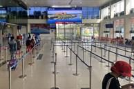 TP.HCM: Lo ngại dịch bệnh, người dân mặc đồ bảo hộ kín mít ra sân bay về quê ăn Tết