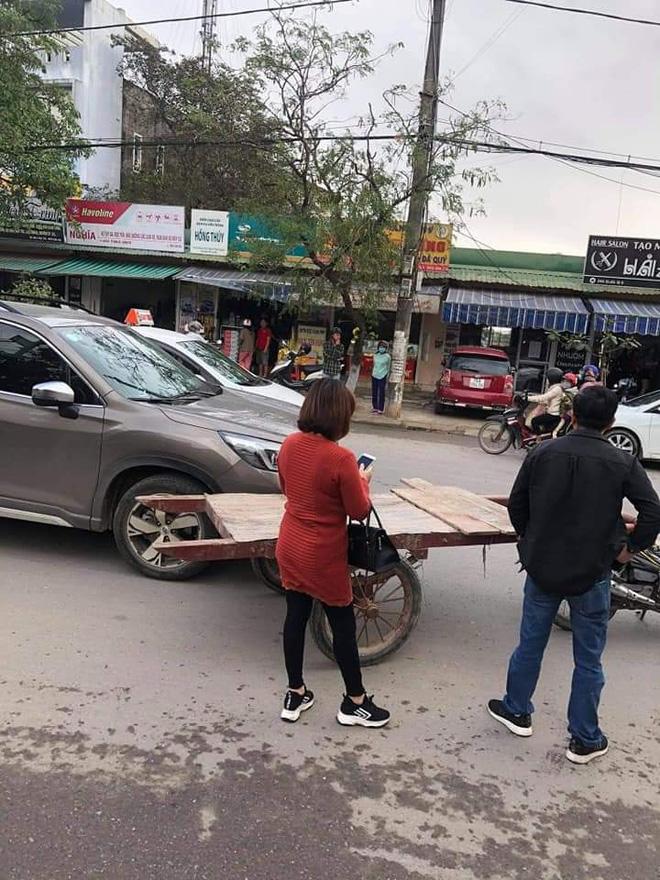 Chạy xe kéo va quệt ô tô, chàng trai phải đền và quyết định không ngờ từ những người dân xung quanh-1