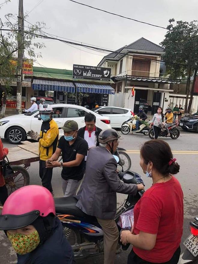 Chạy xe kéo va quệt ô tô, chàng trai phải đền và quyết định không ngờ từ những người dân xung quanh-4