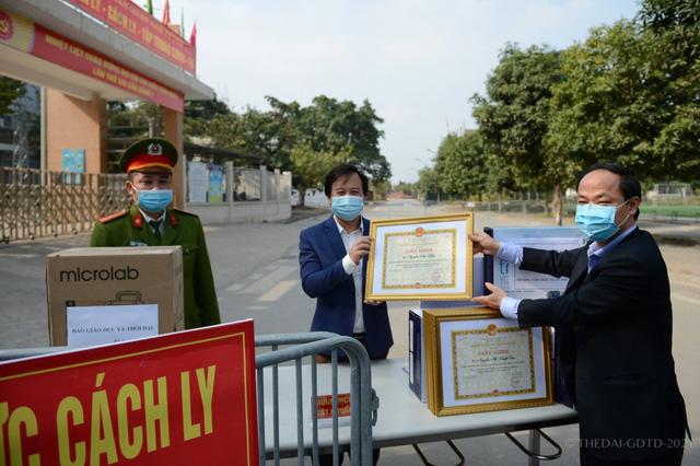 6 cán bộ, giáo viên Trường Tiểu học Xuân Phương nhận giấy khen trong phòng chống dịch COVID-19-1