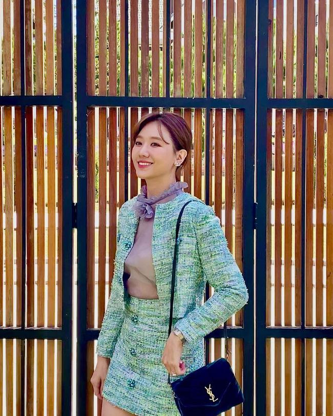 Học 11 cách diện chân váy ngắn của mỹ nhân Việt để Tết này thật trẻ xinh, vóc dáng luôn được hack cao hơn cả chục phân-2