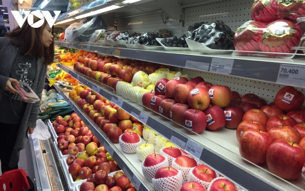 Cận Tết, hoa quả ngoại đầy ắp các cửa hàng, siêu thị, người mua thưa vắng-1