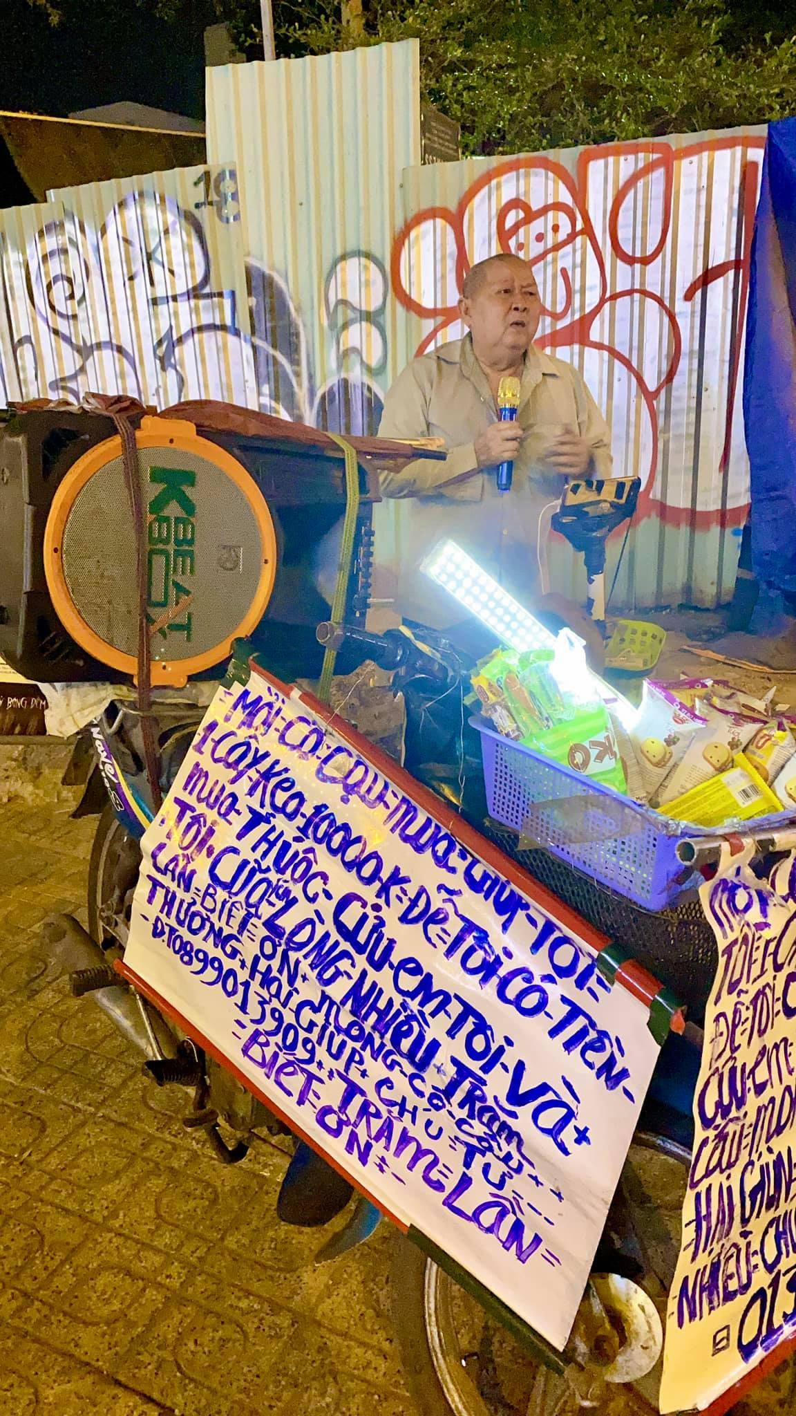 Xót xa cụ ông ở Sài Gòn lúc đêm muộn những ngày giáp Tết vẫn bươn chải hát rong bán hàng kiếm tiền mua thuốc cho em-3