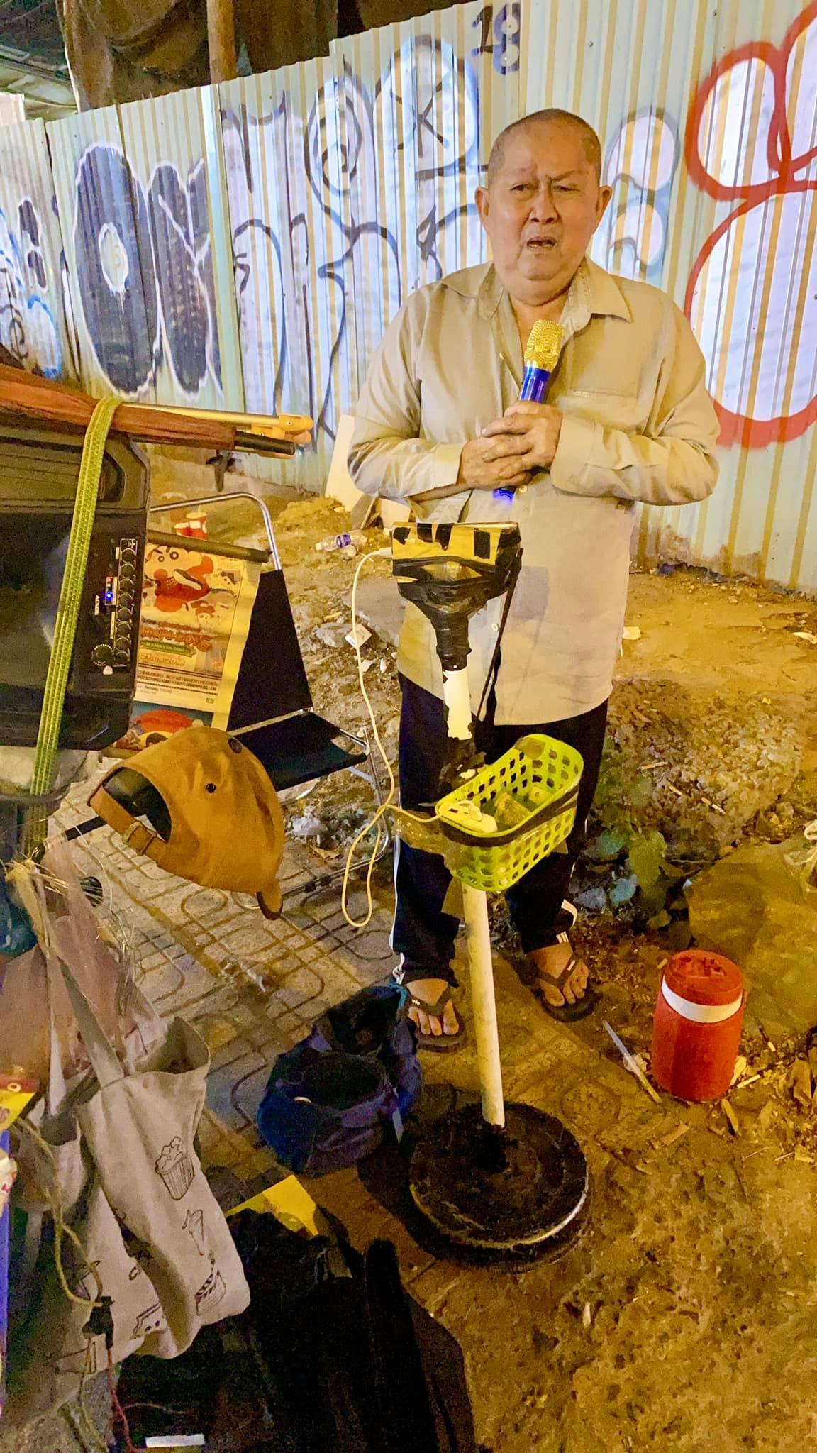 Xót xa cụ ông ở Sài Gòn lúc đêm muộn những ngày giáp Tết vẫn bươn chải hát rong bán hàng kiếm tiền mua thuốc cho em-2