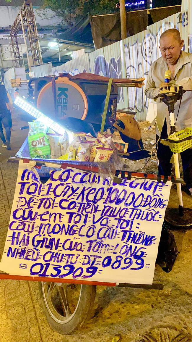 Xót xa cụ ông ở Sài Gòn lúc đêm muộn những ngày giáp Tết vẫn bươn chải hát rong bán hàng kiếm tiền mua thuốc cho em-1