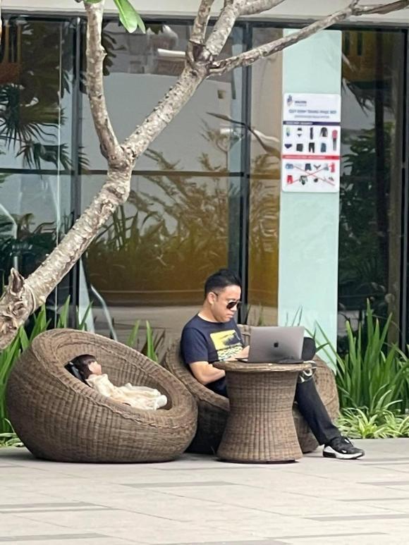 Victor Vũ gây hoang mang tột độ khi ôm búp bê ngồi cafe một mình-2