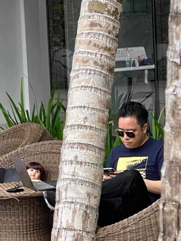 Victor Vũ gây hoang mang tột độ khi ôm búp bê ngồi cafe một mình-3