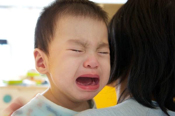 Đứa trẻ bị mẹ quát mắng, khóc thét mà vẫn vươn tay van xin mẹ ôm? Lý do đằng sau khiến ai cũng chạnh lòng-2