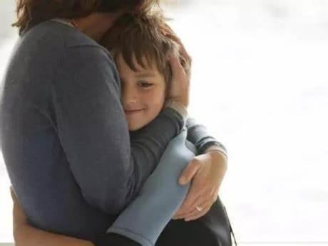 Đứa trẻ bị mẹ quát mắng, khóc thét mà vẫn vươn tay van xin mẹ ôm? Lý do đằng sau khiến ai cũng chạnh lòng-4