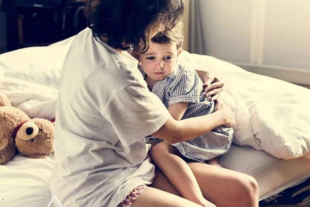 Đứa trẻ bị mẹ quát mắng, khóc thét mà vẫn vươn tay van xin mẹ ôm? Lý do đằng sau khiến ai cũng chạnh lòng-6