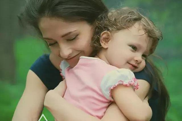 Đứa trẻ bị mẹ quát mắng, khóc thét mà vẫn vươn tay van xin mẹ ôm? Lý do đằng sau khiến ai cũng chạnh lòng-9