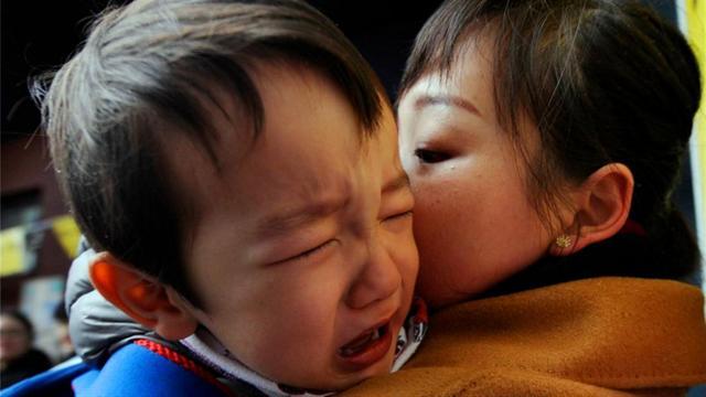 Đứa trẻ bị mẹ quát mắng, khóc thét mà vẫn vươn tay van xin mẹ ôm? Lý do đằng sau khiến ai cũng chạnh lòng-7