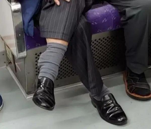 Bức ảnh chụp trên tàu điện ngầm trông không thể bình thường hơn nhưng 1 chi tiết đã khiến nó trở nên rùng mình, dân mạng kháo nhau tránh xa-2