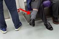 Bức ảnh chụp trên tàu điện ngầm trông không thể bình thường hơn nhưng 1 chi tiết đã khiến nó trở nên rùng mình, dân mạng kháo nhau tránh xa