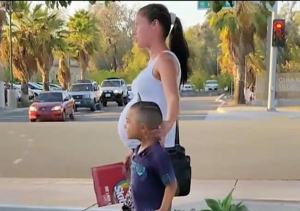 Người phụ nữ thấy 2 mẹ con thai phụ ăn xin đáng thương bước lên chiếc xe và diễn biến tiếp theo khiến bà muốn gọi cảnh sát ngay-2