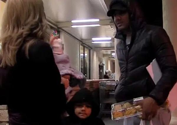 Người phụ nữ thấy 2 mẹ con thai phụ ăn xin đáng thương bước lên chiếc xe và diễn biến tiếp theo khiến bà muốn gọi cảnh sát ngay-7