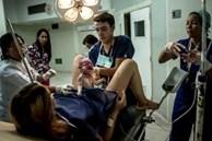 Bà mẹ sốc nặng khi lần đầu tiên gặp con, còn ê-kíp đỡ sinh thì kinh ngạc vì bác sĩ đã siêu âm sai
