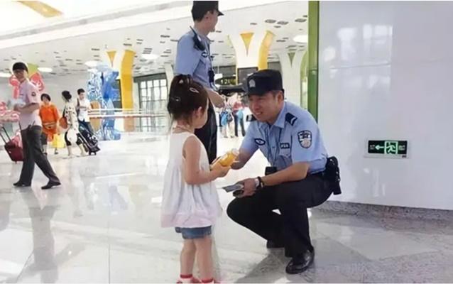 Bé gái 3 tuổi bị lạc kêu cứu, sau khi bộ đàm gọi tên người bố, hành khách được một phen cười đau ruột-2