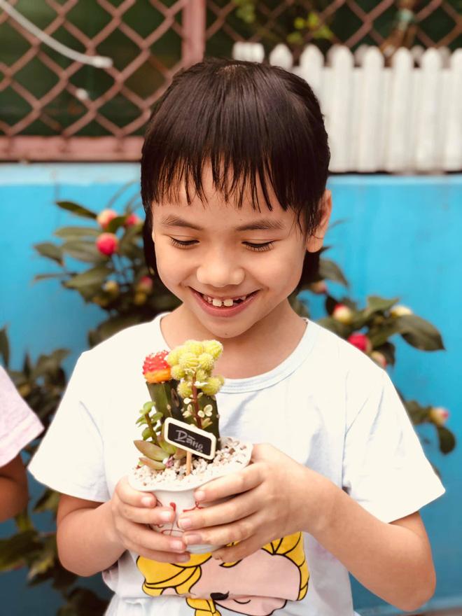 Em bé Mường Lát giờ đã lớn phổng phao, nở nụ cười hạnh phúc khi được mẹ nuôi tặng quà ngày cận Tết-5