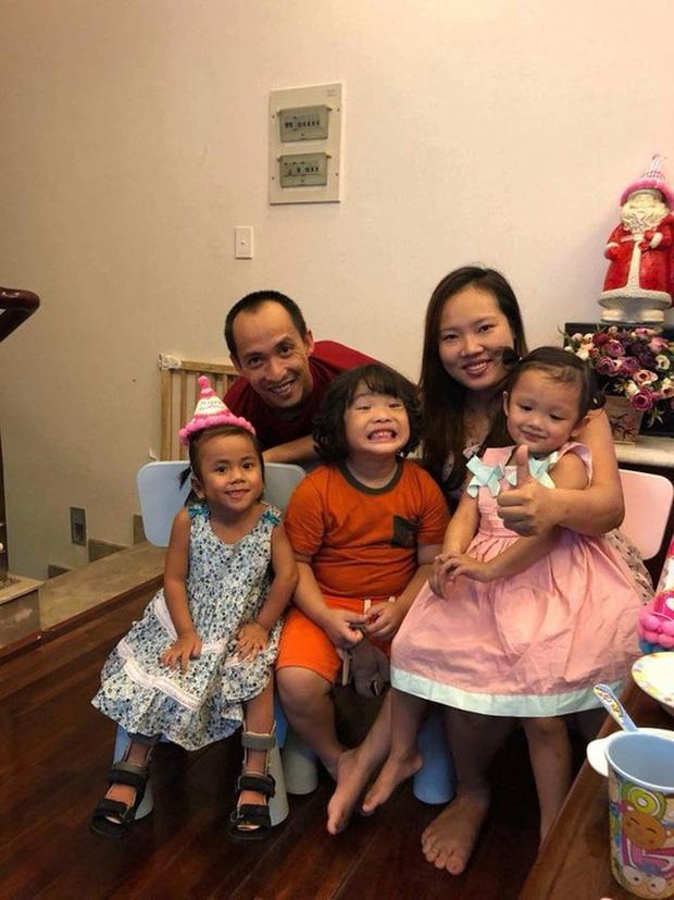 Em bé Mường Lát giờ đã lớn phổng phao, nở nụ cười hạnh phúc khi được mẹ nuôi tặng quà ngày cận Tết-6