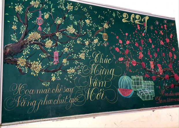 Chỉ sau 3 tiếng đồng hồ, cô giáo hô biến bảng xanh phấn trắng thành bức hoạ chúc mừng năm mới tuyệt đẹp-3