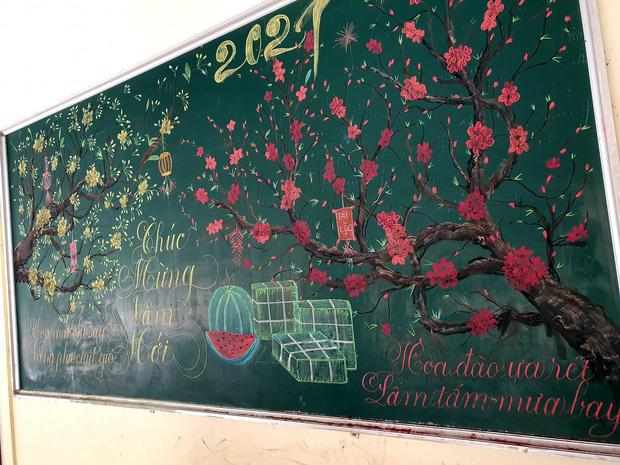 Chỉ sau 3 tiếng đồng hồ, cô giáo hô biến bảng xanh phấn trắng thành bức hoạ chúc mừng năm mới tuyệt đẹp-5