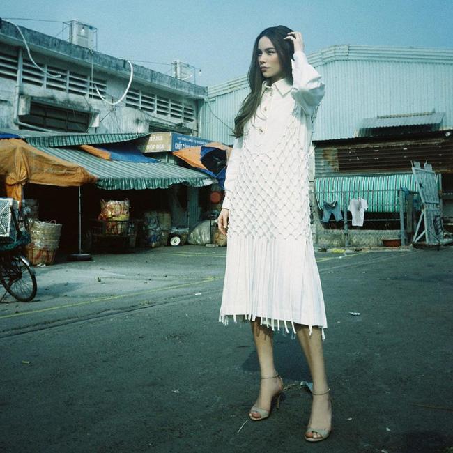 Style biến hóa khôn lường nhưng Hà Hồ bao năm cứ trung thành với một kiểu giày cao gót kéo chân vi diệu-1