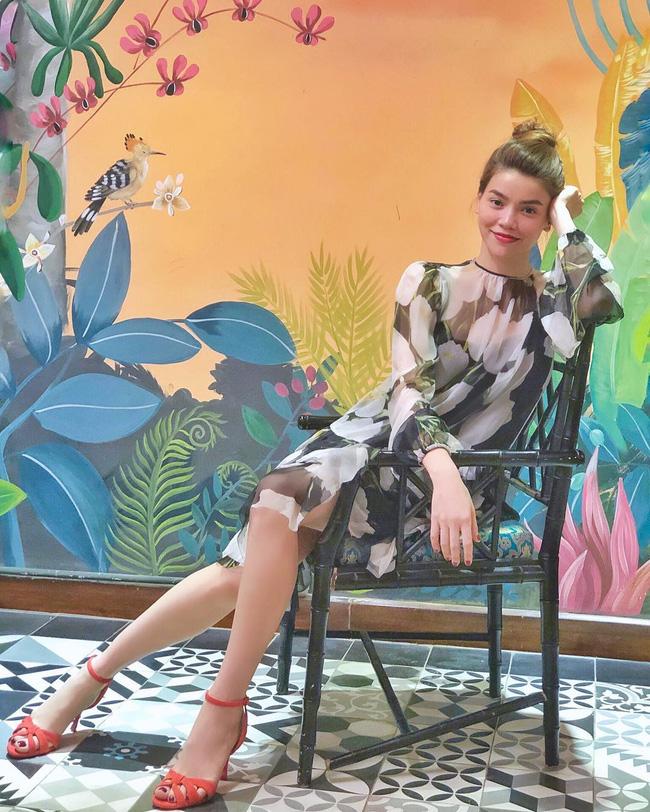 Style biến hóa khôn lường nhưng Hà Hồ bao năm cứ trung thành với một kiểu giày cao gót kéo chân vi diệu-4