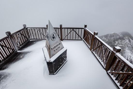 Mưa tuyết phủ trắng đỉnh Fansipan những ngày cuối năm, nhiệt độ xuống -3 độ C-1
