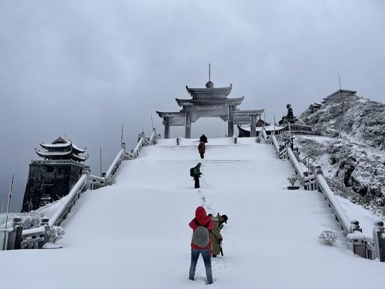 Mưa tuyết phủ trắng đỉnh Fansipan những ngày cuối năm, nhiệt độ xuống -3 độ C-2